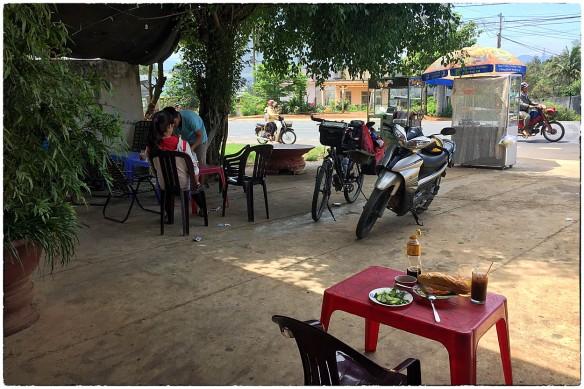Eetzicht 040516 1010 Lộc Nga, iets voorbij Bảo Lộc aan de QL20 IMG_7911