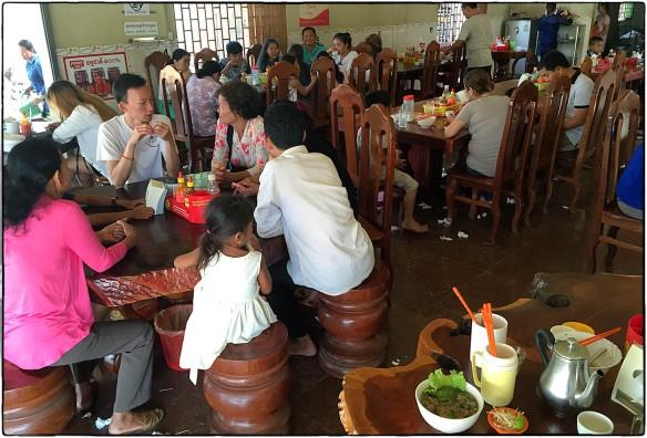 Eetzicht 160416 0909 Tônlé Bĕt, ergens langs highway No 7, voorbij Kampong Cham, Cambodja IMG_7321