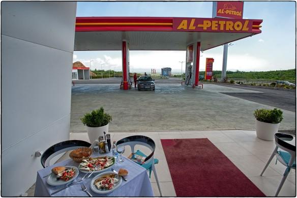 Eetzicht 250514 AL-Petrol tankstation langs ~Route 9 bij Lapushnik, Kosovo 72_IND9419