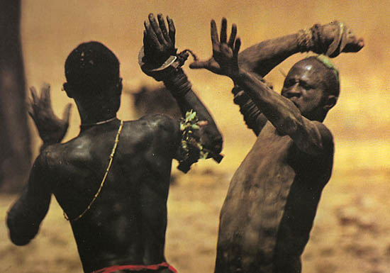© Leni Riefenstahl 1974 - People of Kau (uitsnede)
