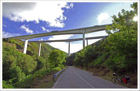 Oude N VI onder nieuwe A6 op weg naar Cebreiro