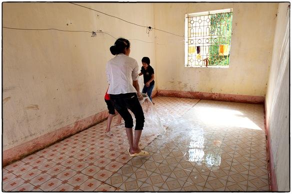 Flinke putsen water door de kamers! Bijzonder: hier zijn twee blinde meisjes aan het werk...