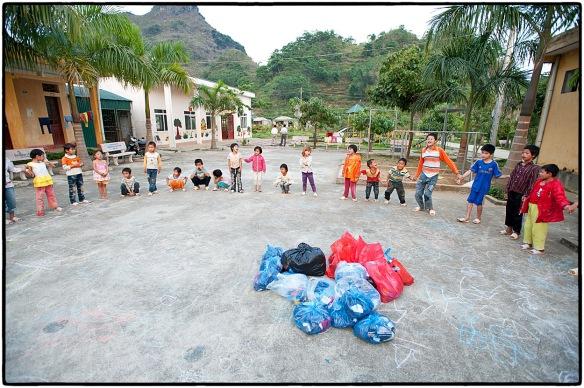 Alle kinderen in een grote kring. Vol spanning wachten ze af wat er komen gaat.