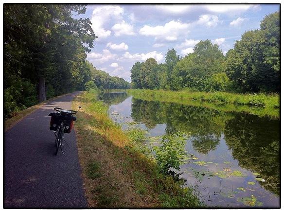 """De dag vóór ik Berlijn bereikte. Twee, drie uur langs dit kanaal, op weg naar Oranienburg. Ik plaatste de foto op Facebook met de opmerking: """"Soms, zoals vandaag, heb je mazzel. 30 km achtereen langs een doodstil kanaal. Nu weer terug in de bewoonde wereld."""" Ja. Zo was het."""