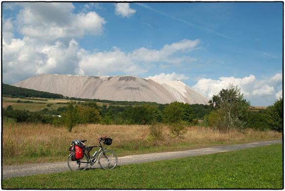 'Monte Kali', de 290 meter hoge afvalberg van de kalimijn bij Heringen, grens Thüringen-Hessen. Sinds 1903 wordt hier potas (kali) gedolven voor de kunstmestindustrie.