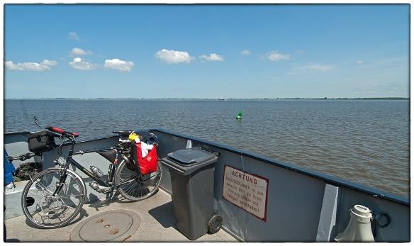 Aan boord van een veerpont over de Elbe. Het bord maant chauffeurs bij hun voertuig te blijven tot de kaartverkoper is geweest. Maar een fietser is geen chauffeur, en een fiets geen voertuig: ik hoefde niet te betalen.