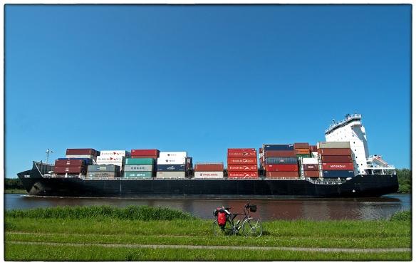 Langs het kanaal dat de Noordzee met de Oostzee verbindt, van Brünsbüttel naar Kiel. Een soort Panamakanaal, maar dan in Duitsland. Ademloos heb ik naar die fantastische containerschepen gekeken die stapvoets langs gleden. Het zal wel tegen de goede smaak zijn, zulke kolossen mág je niet mooi vinden, maar ik vond ze weergaloos.