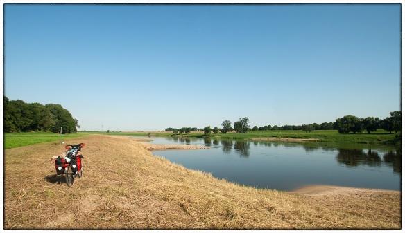 Vanochtend, langs de oever van de Elbe op weg naar Dresden. Geen fietspad, dat loopt links tussen de bomen. Ik sleurde mijn fiets naar de rivier om deze foto te maken. En om een tijdje met mijn voeten in het koele rivierwater te zitten. Na zulke droompauzes is het altijd lastig weer in het zadel te klimmen.