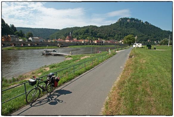 Het veerpontje bij het stadje Königstein, in wat de 'Sächsische Schweiz' genoemd wordt en in de Vrijstaat Saksen ligt. Gecompliceerde staatkundige boekhouding, maar je hoeft het allemaal niet te weten als je van het landschap wilt genieten.