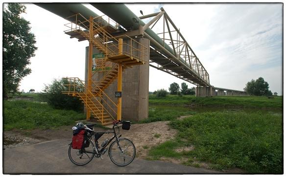 Die gekke Tsjechen. Je móet hier de rivier over (die nu niet meer Elbe heet, maar Labe), het fietspad eindigt en gaat aan de andere kant verder. Wat te doen? Trappen op, naar de overkant, en daar weer trappen omlaag.