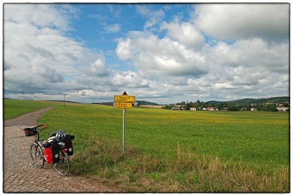 Soms is niet fietsen het devies. Afstappen en luisteren. Naar de ruimte, de leegte. Naar de eindeloze stilte.