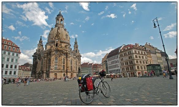 De wonderschone Frauenkirche van Dresden. Na het vernietigende bombardement van februari 1945, dat gezien wordt als een van de grootste oorlogsmisdaden van de Geallieerden tijdens de Tweede Wereldoorlog, ging 80% van de historische stad in vlammen op. Op bevel van de DDR leiding bleef het staketsel van de vernietigde Frauenkirche jarenlang  als oorlogsmonument. Pas na de hereniging in 1989 werd met de herbouw begonnen. In 2005 wed de kerk opnieuw ingezegend.