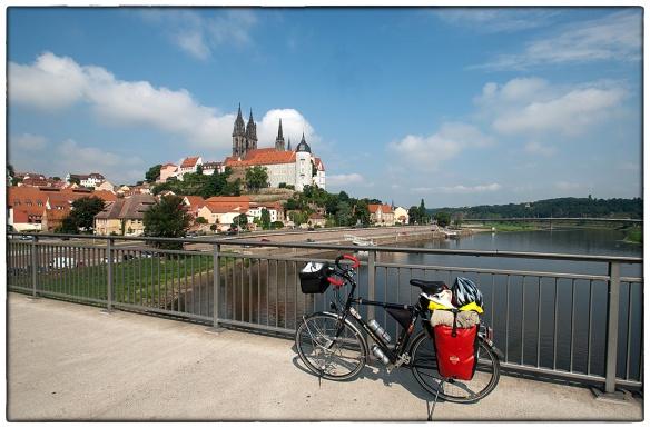 4 augustus 2013. Meissen, porcelijnstad.  Twee maanden geleden, op 5 juni, bereikte de Elbe hier de hoogste stand. Ongelofelijk dat het nog maar zo kort geleden is. De brug waar ik nu sta was onder water verdwenen.