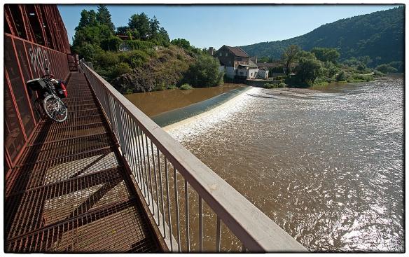 Fiets- annex spoorbrug over de Berounka bij Cernosice, Tsjechië. Een zeldzaam mooie oversteek.