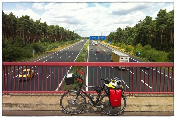 Kort na Berlijn opeens een wildwissel, maar dan voor fietsers. Uit de stilte van een bos kom je over de snelweg waar de auto's onder je door denderen. Daarna weer bos. En stilte.