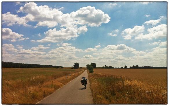 Enkele dagen geleden, in de deelstaat Brandenburg. De hele dag zag ik niets anders dan glooiende graanvelden omzoomd door geboomte. Kilometer na kilometer vrat het pad zich door de stille wereld. Een van de mooiste dagen van mijn reis tot nog toe.