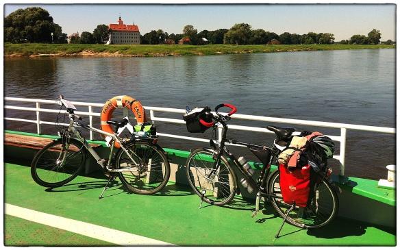Op de veerpont bij Pretzsch. De andere fiets is van een Amerikaan. Hij rijdt zonder bagage, die wordt door een reisorganisatie elke dag op de plaats van bestemming afgeleverd. Interessant idee.... (foto iPhone)