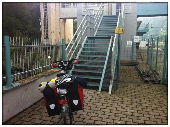 Dit was een trap die niet te ontwijken was. Dacht ik. Links het spoor, rechts de rivier, rechtdoor de trap en het gele bordje dat het Tsjechische deel van de Trans-Europese fietsroute markeert. Kán niet, dacht ik. Er is altijd een alternatief. Bleek ook zo te zijn. Een tunneltje onder het spoor en een keurige geasfalteerde weg. Scheelde weer een hoop sjouwen en sleuren.