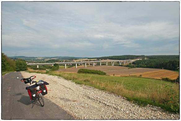 Een nieuwe snelweg in de maak, ergens in Beieren. Van zo'n afstand zie je hoe de menselijke maat verloren gaat. Dorpje, heuvels, alles klopte. En nu opeens zo'n kolossaal bouwwerk...
