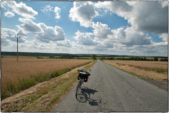 Uit het dal klimmen...  Maak een lange fietsreis en je weet waar die uitdrukking vandaan komt. Foto's zijn tweedimensionaal, de stijging is niet goed te zien. Maar hij was er: vier kilometer achtereen 10%.