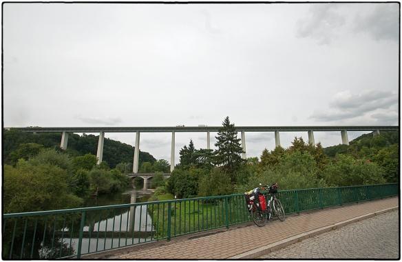 Over menselijke maat gesproken... de Werratalbrucke bij Hörschel, 732 meter lang, 80 hoog, zet je waarneming op welhaast Escheriaanse wijze op z'n kop, met de reflectie en de oude, piepkleine verkeersbrug daaronder...