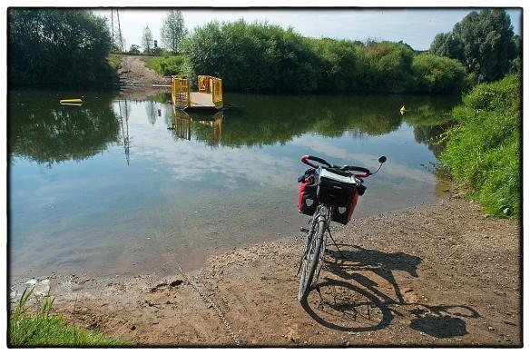 Een handbediend pontje over de rivier de Lippe. Met de grootste moeite kon ik, trekkend aan de ketting, het ding naar me toe halen en vervolgens naar de overkant. Waar een bordje stond: minimaal door twee personen te bedienen.