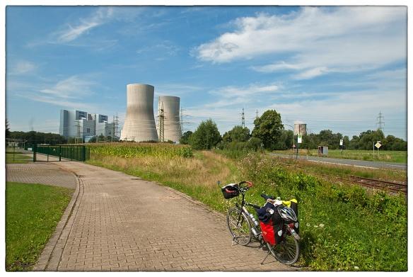 We naderen het Roergebied. Industrie, en energie. Nee, geen kerncentrale, maar het ziet er net zo onheilspellend uit: de kolengestookte energiecentrale van Schmehausen in Noordrijn-westfalen.