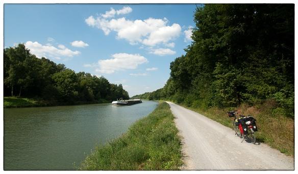Een laatste keer langs rustig water: het Hamm-Datteln Kanaal in Noordrijn-Westfalen. Kilometers achtereen het knarsen van gruis onder de banden, en af en toe het machtig grommen van een rivierboot.