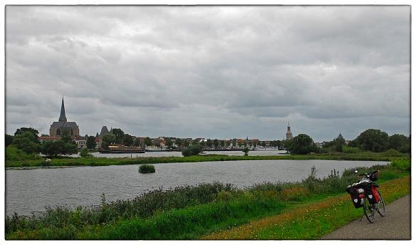 En dezelfde IJssel, ruim 120 kilometer noordelijker, bij Kampen. Morgen nog een laatste ruk, dan is Bantega bereikt en de cirkel gesloten.