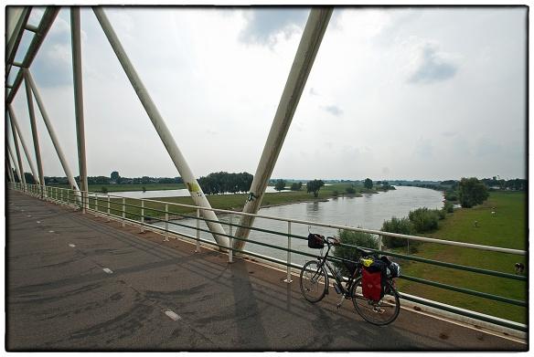 Weer op Nederlandse bodem: de Westervoortse Brug over de IJssel bij Arnhem.