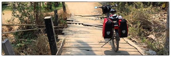 Dit is leuk, en ik kwam het alleen in Laos tegen: houten bruggetjes in de dorpjes op de eilanden in de Mekong. Voorzichtig rijden, dan blijven de planken keurig op hun plaats.