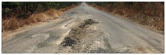 Dit is Cambodja. Alsof magma zich vanuit het binnenste van de aarde een weg naar buiten heeft gebaand. Goed opletten, er kunnen enorme kuilen tussen zitten.