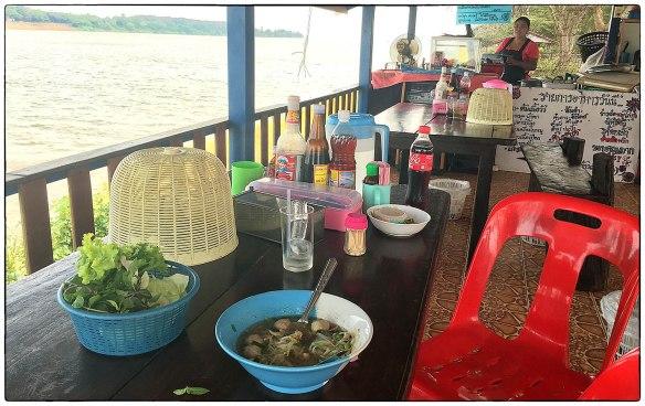 Eetzicht 270316 1010 ergens langs de Mekong IMG_6753