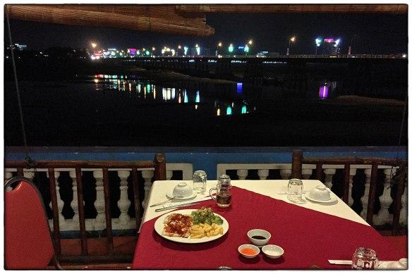 Eetzicht 170516 1939 Quang Ngai, Tra Khuc rivier, My Tra Riverside hotel IMG_8315