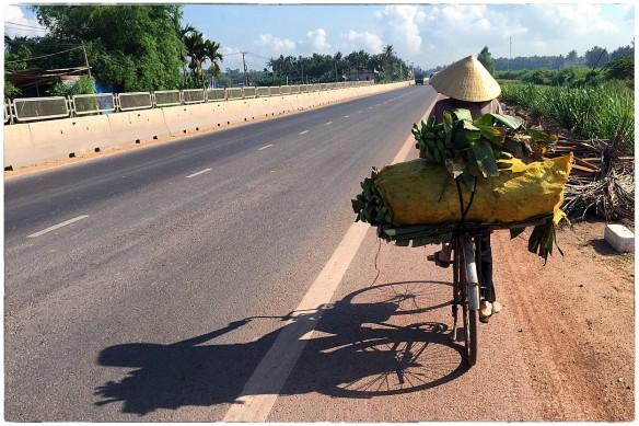 Fiets, oude vrouw met bananen IMG_8163
