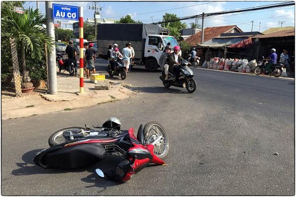 VIETNAM - Meteen de eerste dag in Vietnam is het raak: ik zie mijn eerste ongeluk. Dat brengt geluk, zeggen reizigers, als je een ongeluk ziet behoedt het jou voor hetzelfde. Dus daar houden we het maar op. De vrachtwagen die midden op de weg stil staat is tegen de scooter gebotst. Of andersom. Hoe kan de afstand tussen beide voertuigen zo groot zijn?