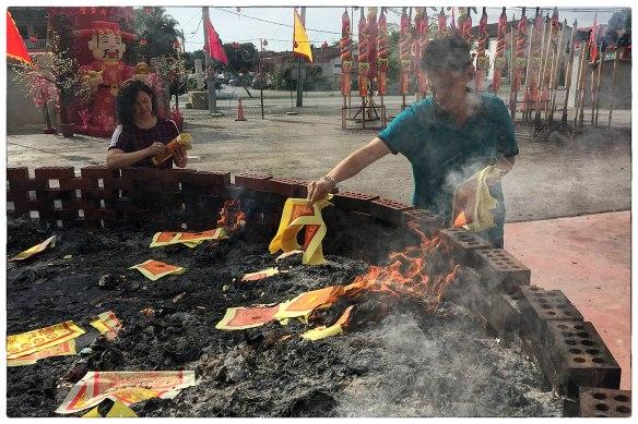 28 januari 2017, de eerste dag van het Chinese Nieuwjaar. Hier wordt symbolisch geld verbrand voor de gestorven voorouders, zodat overledenen ook in het hiernamaals toch een goed tweede leven zullen leiden.