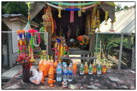 In Thailand worden de geesten te vriend gehouden met dagelijkse offerandes: bloemenslingers, voedsel en veel zoete frisdrank. Wat zouden ze na een tijdje met die flesjes doen als het er teveel worden? Leeggieten? En riskeren dat de geesten boos worden? Oei, dilemma.