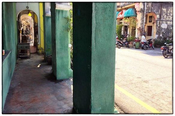 Maleisië, op het eiland Penang. De oude binnenstad van George Town met z'n 18e eeuwse arcades, slimme bouwstijl, altijd schaduw. Jammer dat alles nu wordt volgeplempt met rommel en handelswaar.