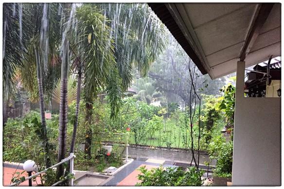 Als er één geluid is dat ik deze reis veelvuldig hoorde, is het kletterende regen. Watersnood in midden-Thailand, en dagelijkse stortbuien in Maleisië, het hield niet op. Toch heeft het iets huiselijks, dat gutsende water en jij en je fiets lekker droog.