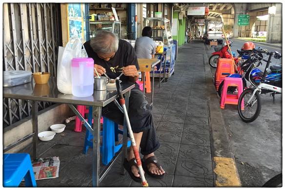Nog een doodvermoeid iemand. Dit was in Bangkok. Leek alsof hij boven z'n bord in slaap was gevallen, maar uiteindelijk werd er toch wat naar binnen gewerkt.