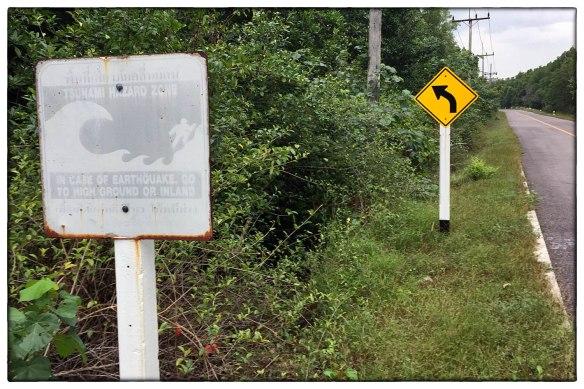 Vlak na de tsunami van 2004 werden overal langs de Thaise kust blauw-witte waarschuwingsborden geplaatst wat te doen en waarheen te vluchten bij een volgende tsunami. Na ruim tien jaar zijn de borden verbleekt en zo goed als onleesbaar.