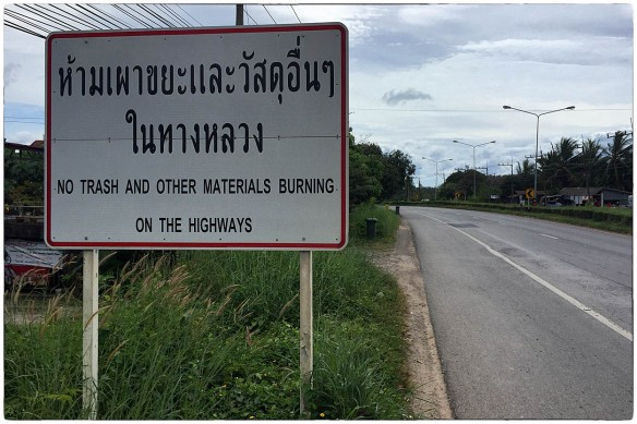 Intrigerend, dit waarschuwingsbord in Thailand, want het betekent dat het de gewoonste zaak van de wereld was, vuilnis en ander afval op straat te verbranden. En de gemeente dan steeds het gesmolten asfalt oplappen.